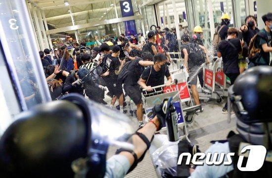 홍콩 국제공항에서 경찰과 시위대가 충돌하고 있다. © 로이터=뉴스1
