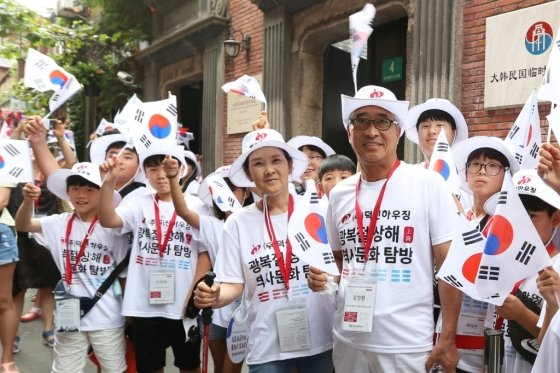김명환 덕신하우징 회장(사진 오른쪽)이 14일 중국 상하이 임시정부청사 기념관 앞에서 광복절 상해 역사문화탐방 참석자들과 기념 사진을 촬영하고 있다. /사진제공=덕신하우징