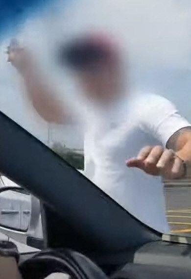 난폭운전을 한 뒤 항의하는 아반떼 운전자에게 다가와 폭행하려 하는 카니발 운전자 A씨./사진=유튜브 한문철 TV 영상 화면 캡쳐