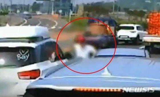 지난달 4일 제주시 조천읍한 도로 위에서 카니발 차량 운전자 A(32)씨가 주먹을 휘두르고 있다. 경찰은 A씨를 폭행 및 재물손괴 혐의로 입건해 조사 중이다./사진=뉴시스(유튜브 영상 캡처)