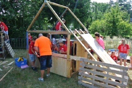 네덜란드의 여름방학 프로그램인 '어린이방학주간'(KVW)에서 집을 짓는 어린이들© 차현정 통신원 제공