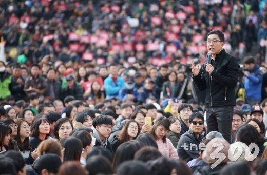 박근혜 퇴진을 요구하는 대규모 촛불집회가 열린 2016년 11월 서울 광화문광장에서 '김제동과 청년이 함께 만드는 광장콘서트'가 진행되고 있다. / 사진=이동훈 기자 photoguy@