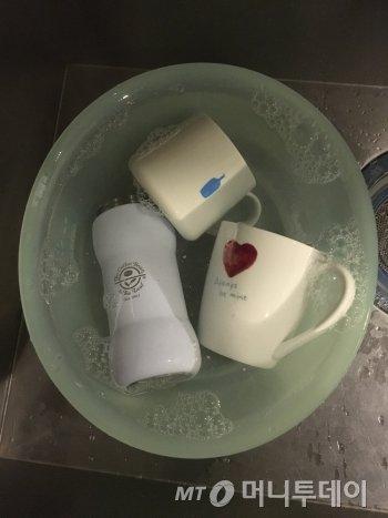 물을 받아 설거지를 할 땐, 세 번 정도는 새 물로 바꿔 헹구는 편이 좋다./사진=설거지의 달인, 남형도 기자