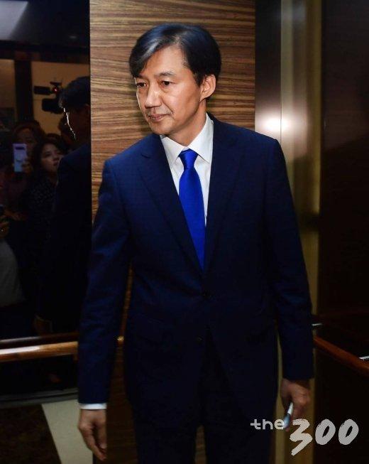조국 전 청와대 민정수석이 9일 오후 서울 종로구 적선동 현대빌딩에서 법무부 장관직 내정에 대한 입장을 밝힌 뒤 엘리베이터로 이동하고 있다. / 사진=김창현 기자 chmt@