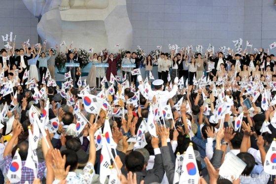 지난 15일 오전 충청남도 천안시 독립기념관에서 열린 '제74주년 광복절 정부 경축식'에서 참석자들이 '만세삼창'을 하고 있다./사진=천안(충남)=사진공동취재단