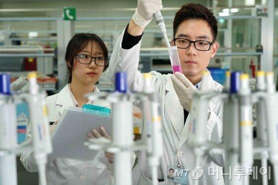 삼성바이오에피스 연구원들의 연구 모습/사진제공=삼성바이오에피스