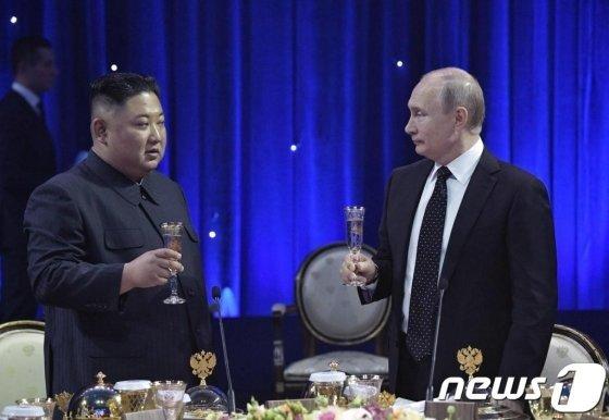 김정은 북한 국무위원장과 푸틴 러시아 대통령이 지난달 25일 러시아 블라디보스토크 극동연방대학에서 열린 북러 정상회담을 마친 뒤 가진 만찬에서 건배를 하고 있다 /AFP=뉴스1