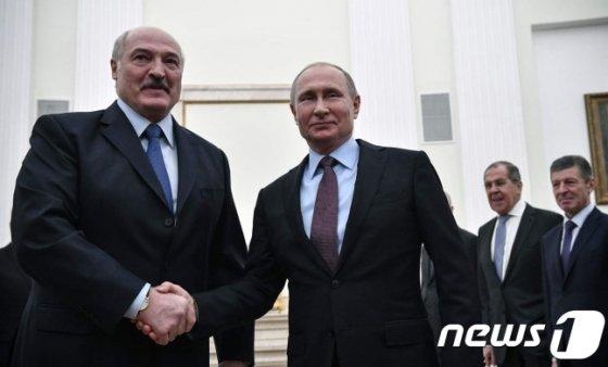 블라디미르 푸틴 러시아 대통령이 25일(현지시간) 모스크바 크렘린에서 알렉산드르 루카셴코 벨라루스 대통령과 만나 악수를 하고 있다. 2018.12.26./사진=뉴스1