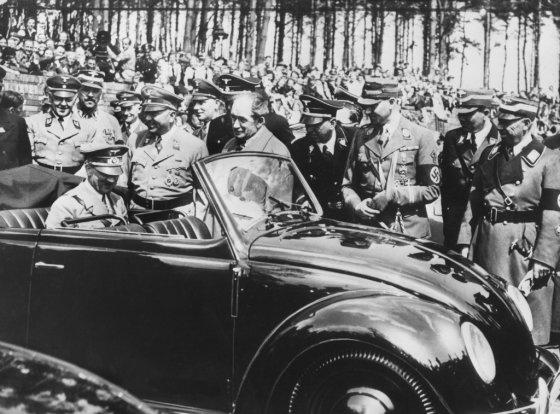 아돌프 히틀러가 폭스바겐의 '비틀'을 시승하고 있는 모습. 1937년 히틀러가 국민차 생산을 위해 세운 회사인 폭스바겐은 2차 대전 당시 독일군 전용 차량 생산을 위해 수용소에서 1만5000명가량을 강제 동원했다. /사진=AFP