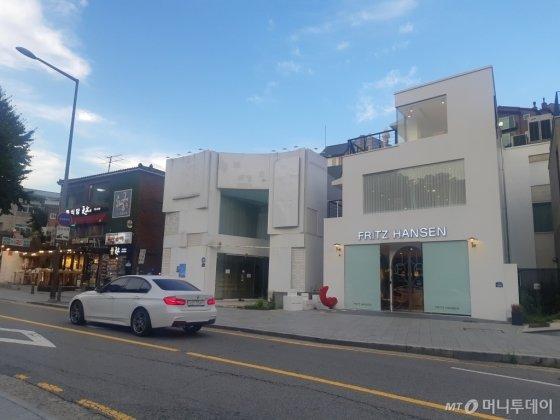 화장품 로드샵 브랜드가 입점해있던 서울 종로구 삼청동 카페거리 건물이 세입자를 구하지 못해 비어있다. /사진=김희정 기자 dontsigh@mt.co.kr