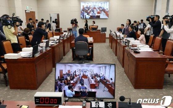 20일 서울 여의도 국회에서 열린 교육위원회 전체회의에서 여야 의원들이 조국 법무부장관 후보자에 대한 자료제출과 관련해 언쟁을 하고 있다. 2019.8.20/뉴스1 © News1 이종덕 기자