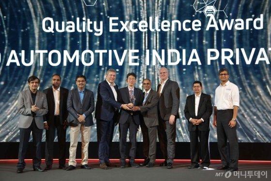 타타모터스 권터 부트쉑 CEO(왼쪽 4번째), 만도 인디아 오세준 법인장(왼쪽 5번째), 만도 인디아 사라티 부법인장(왼쪽 6번째)이 품질대상(Quality Excellence Award) 수상을 기념하여 촬영하고 있다. /사진제공=만도