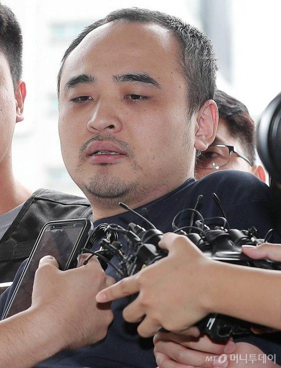 '한강 토막살인' 피의자 장대호(38)가 21일 오후 경기 고양경찰서에서 조사를 받기 위해 들어서고 있다./사진=김창현 기자
