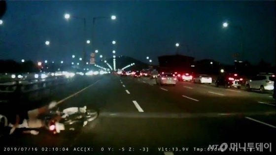 지난 5일 오후 8시쯤 서울 강남구 압구정동 한남대교 남단에서 전동킥보드와 오토바이, 승용차가 부딪치는 사고가 발생했다. /사진제공=서울 강남경찰서