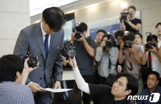 조국 법무부 장관 후보자가 23일 오후 서울 종로구 적선현대빌딩에서 논란이 일고 있는 사모펀드와 사학재단 웅동학원을 사회에 환원하겠다고 밝힌 후 인사하고 있다.  News1 안은나 기자