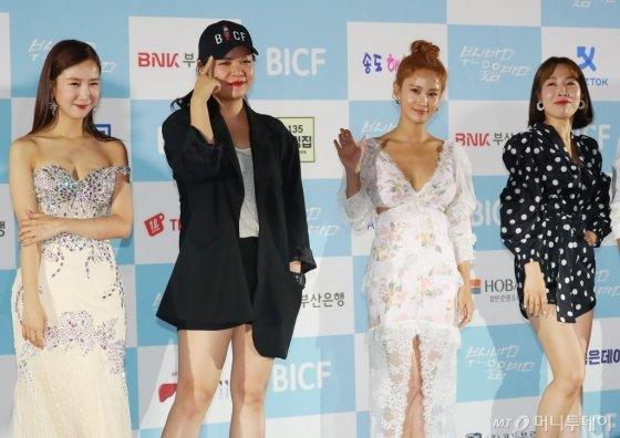 개그우먼 박소영, 이현정, 김지민, 오나미가 23일 오후 부산 해운대구 영화의 전당 야외극장에서 열린 7회 부산국제코미디페스티벌(BICF)에 참석해 포즈를 취하고 있다.