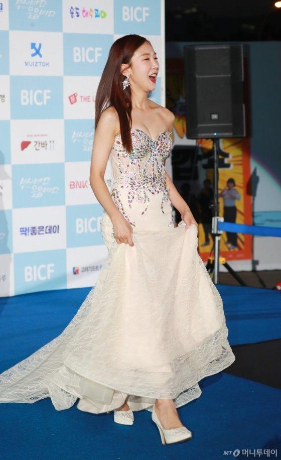 개그우먼 박소영이 23일 오후 부산 해운대구 영화의 전당 야외극장에서 열린 7회 부산국제코미디페스티벌(BICF)에 참석해 포즈를 취하고 있다.