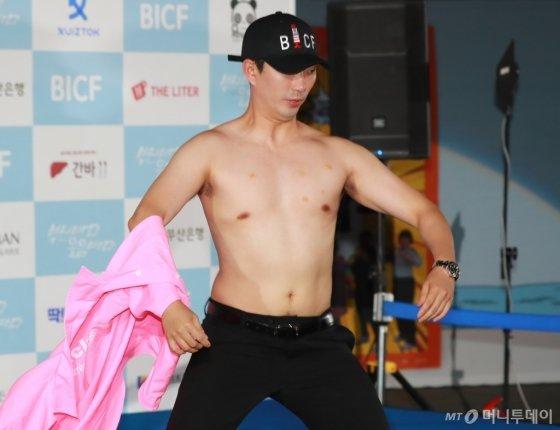 개그맨 이창호가 23일 오후 부산 해운대구 영화의 전당 야외극장에서 열린 7회 부산국제코미디페스티벌(BICF)에 참석해 포즈를 취하고 있다.