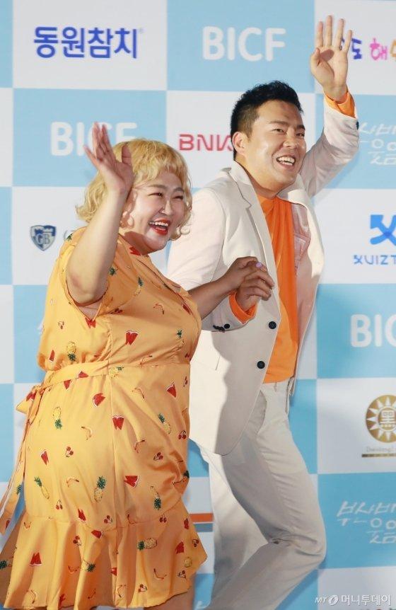 개그맨 부부 김민기, 홍윤화가 23일 오후 부산 해운대구 영화의 전당 야외극장에서 열린 7회 부산국제코미디페스티벌(BICF)에 참석해 포즈를 취하고 있다.