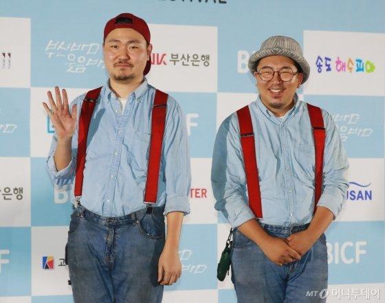 크로키키브라더스 임동주, 우석훈이 23일 오후 부산 해운대구 영화의 전당 야외극장에서 열린 7회 부산국제코미디페스티벌(BICF)에 참석해 포즈를 취하고 있다.