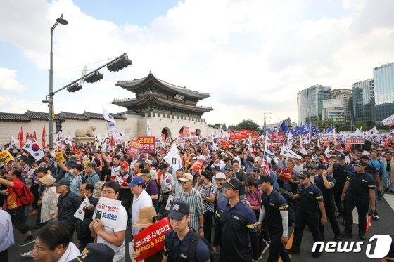 24일 오후 서울 종로구 세종문화회관 앞에서 열린 '살리자 대한민국 文정권 규탄 광화문 집회'에서 참가자들이 구호를 외치며 청와대 방면으로 행진하고 있다./사진=뉴스1