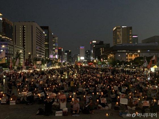 24일 저녁 7시쯤 아베규탄시민행동 6차 촛불집회에 참석한 시민들이 촛불을 들고 함성을 외치고 있다/사진= 임찬영 기자