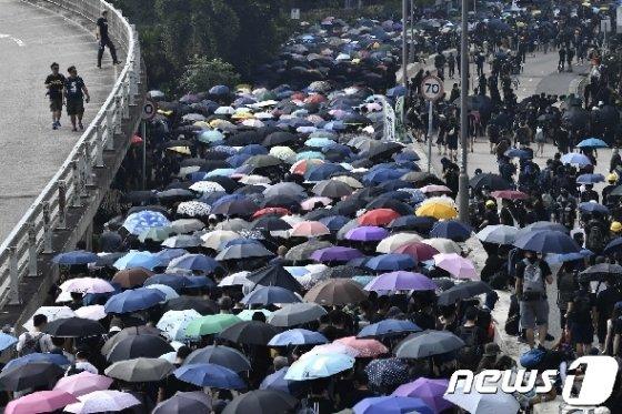 24일(현지시간) 거리를 행진하는 홍콩 시위대. © AFP=뉴스1