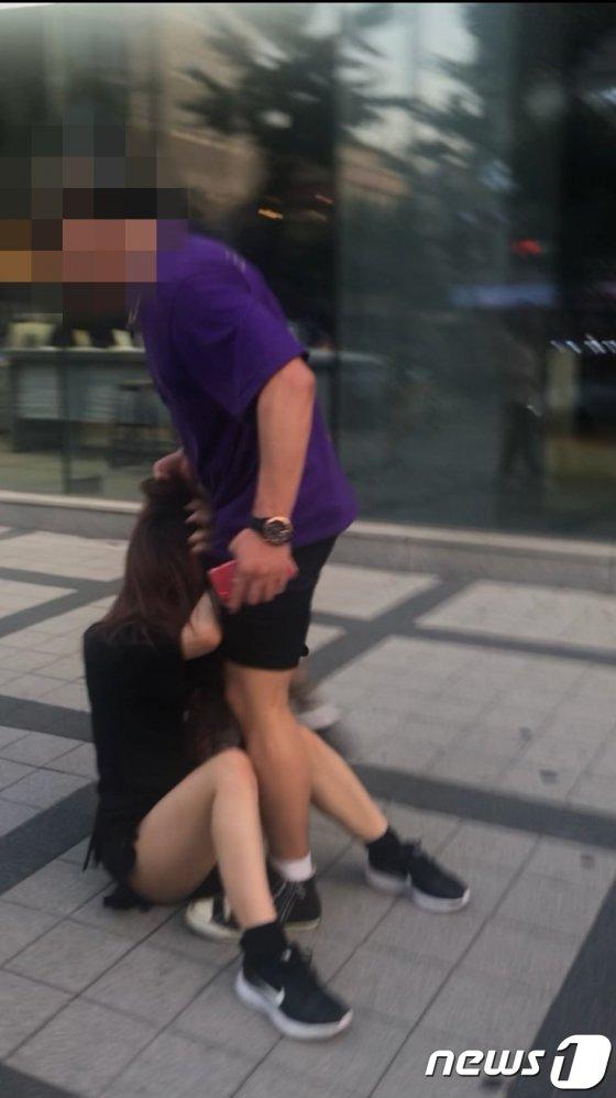 한국인 남성이 서울 홍대 앞에서 일본인 여성을 폭행하는 모습의 사진. /사진=뉴스1