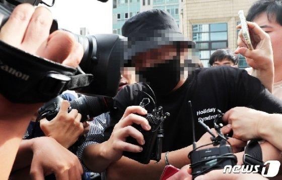 홍대 거리에서 일본인 여성들에게 욕설을 하며 행패를 부린 A씨가 24일 오후 서울 마포경찰서에서 조사를 마친 후 나서고 있다. © News1 이재명 기자