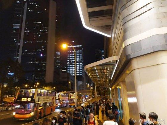 지난 23일(현지시간) 홍콩 센트럴역 앞에서 '인간 띠' 시위에 참가한 시민들. /사진=유희석