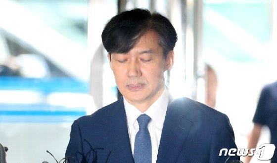조국 법무부 장관 후보자가 25일 오전 인사청문회 준비를 위해 서울 종로구 현대적선빌딩에 마련된 사무실로 출근하며 입장을 밝히고 있다. 2019.8.25/뉴스1 © News1 이동해 기자