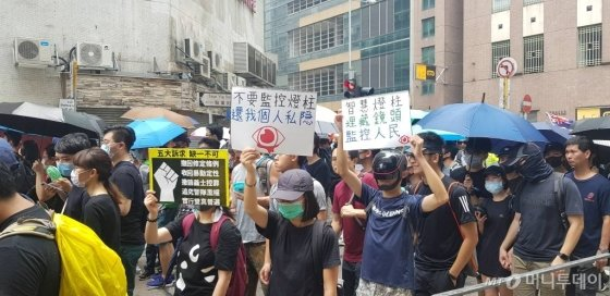 24일 홍콩 쿤퉁 지역에서 시위대가 송환법에 반대하는 시위를 벌이고 있다. / 사진=이태성