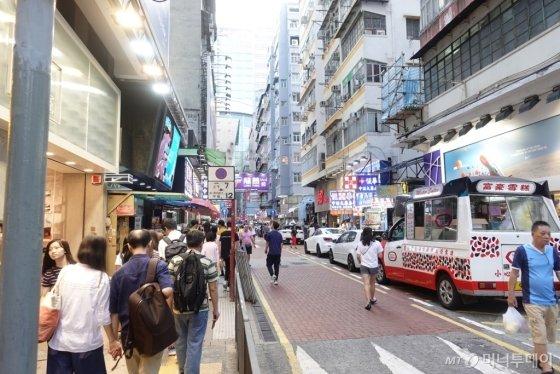 지난 24일(현지시간) 홍콩의 상업 지역 몽콕역 주변 거리를 지나는 관광객과 시민들. /사진=유희석