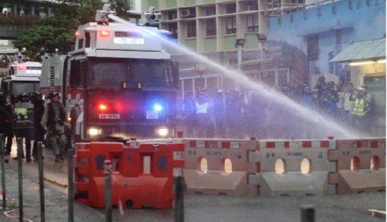 홍콩 경찰이 시위대를 향해 물대포를 발사하고 있다. - SCMP 갈무리