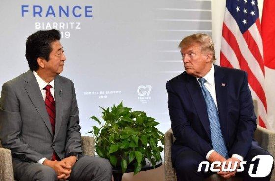 주요 7개국(G7) 정상회담에서 만난 도널드 트럼프 미국 대통령(오른쪽)과 아베 신조 일본 총리. © AFP=뉴스1
