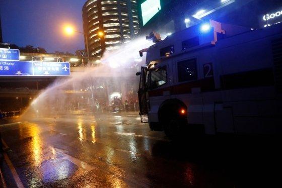 25일 경찰은 홍콩 시위 사상 처음으로 물대포 차 2대를 배치했다. /사진=로이터