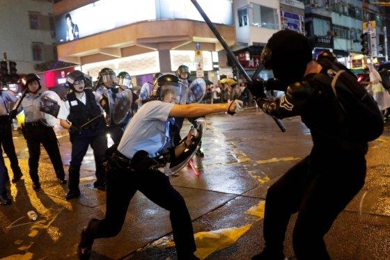 25일 홍콩 경찰과 시위대가 대치하는 모습. /사진=로이터