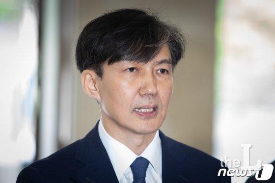 조국 법무부 장관 후보자가 25일 서울 종로구에 마련된 청문회 준비 사무실로 들어서며 입장을 밝히고 있다. /사진=뉴스1