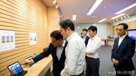 이재용 삼성전자 부회장이 26일 삼성디스플레이 충남 아산사업장을 방문, 제품을 살펴보고 있다. /사진제공=삼성전자