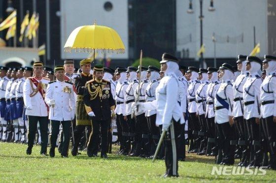 15일(현지시간) 브루나이 수도 반다르스리브가완에서 군 복장을 한 하사날 볼키아 브루나이 술탄(국왕)이 자신의 73번째 생일 축하 행사 중 의장대를 사열하고 있다. 2019.07.15./사진=뉴시스