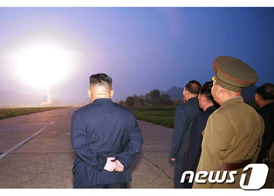 북한 노동당 기관지 노동신문이 7일 공개한 단거리 탄도 미사일의 발사 장면. 신문은 이 미사일이 '서부 작전 비행장'에서 발사됐다고 전했다.(노동신문) 2019.08.07.© 뉴스1