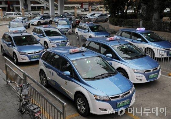 2019년 1월8일 중국 광둥성 선전의 도로에 전기 택시들이 운행하고 있다.   선전시는 세계 최초로 모든 대중교통 수단을 전기차로 바꾼다는 야심 찬 계획 아래 모든 시내버스를 이미 전기차로 바꿨으며 운행 택시 2만1689대 중 99%가 전기 택시라고 밝혔다. /사진=뉴스1