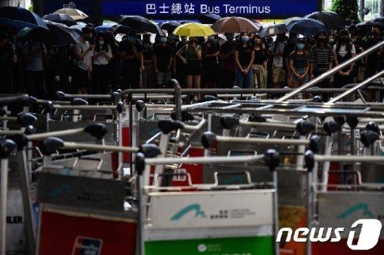 1dlf 홍콩 공항 제1터미널 앞에 모여 카트로 바리케이드를 쌓은 시위대. © AFP=뉴스1