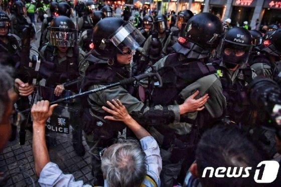1일 홍콩 지하철역 인근에서 경찰과 충돌하는 홍콩 시위대. © AFP=뉴스1