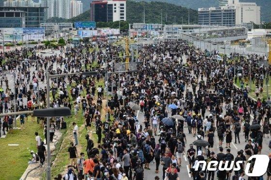 송환법을 반대하는 시위대가 1일 홍콩 국제공항으로 향하는 도로를 점거하고 있다. 이들은 홍콩 국제공항 주변 도로를 점거해 교통 운행을 방해하고 공항진입을 시도해 경찰과 충돌했다. © AFP=뉴스1