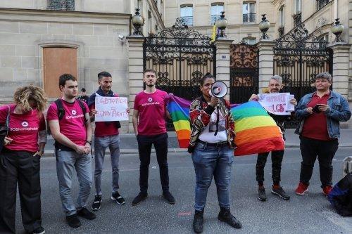 """동성애 인권 활동가들이 """"동성애를 허하라""""며 프랑스 파리 앞의 브루나이 대사관에서 시위하고 있다. 2019.04.18 /사진=AFP"""
