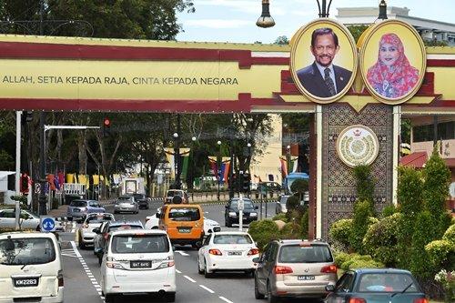 도로에 브루나이 국왕과 왕비의 초상화가 걸려있다. /사진=AFP