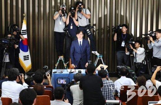 조국 법무부 장관 후보자가 2일 오후 서울 여의도 국회에서 열린 기자간담회를 준비하고 있다. / 사진=홍봉진 기자 honggga@
