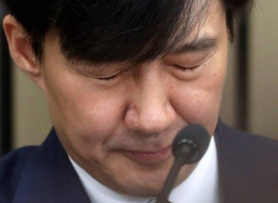 조국 법무부 장관 후보자가 2일 오후 서울 여의도 국회에서 열린 기자회견에서 거듭되는 딸의 입시와 장학금 수혜 의혹을 해명하며 울컥하고 있다. / 사진=홍봉진 기자 honggga@