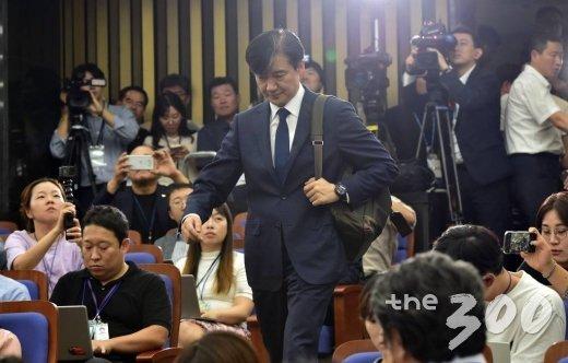 조국 법무부 장관 후보자가 2일 오후 서울 여의도 국회에서 열린 기자간담회에서 취재진 질의에 답하고 있다. / 사진=홍봉진 기자 @honggga